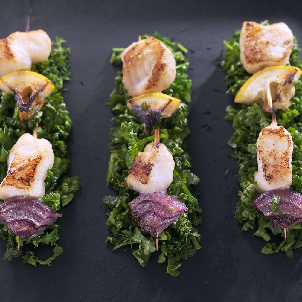 Изобразяване на рецептата Рибни шишчета върху магданозено канапе
