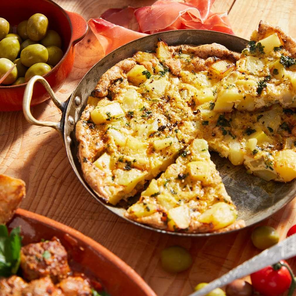 Tortilla spaniolă cu cartofi și chiftele
