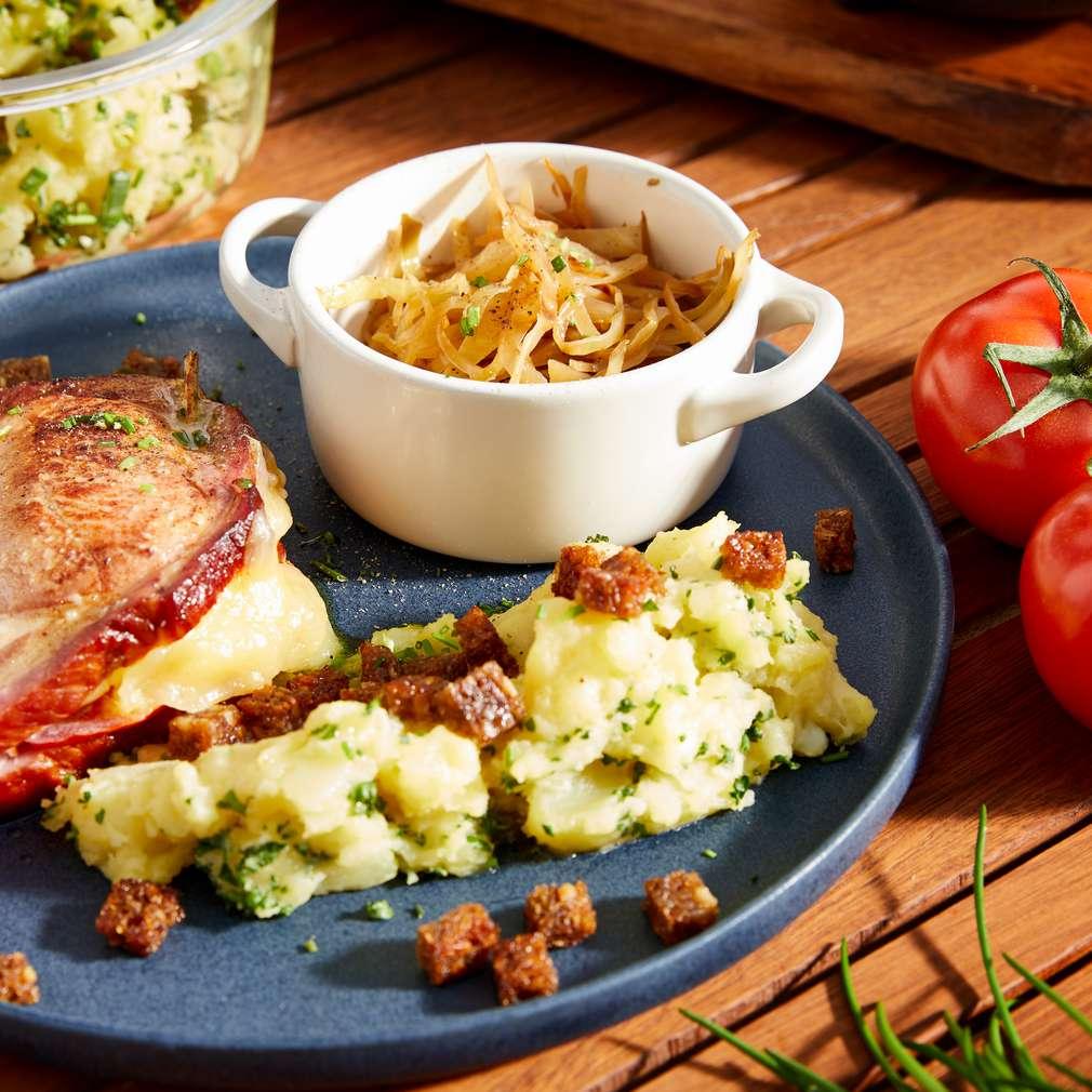 Imaginea rețetei Cotlete afumate cu cartofi și varză călită