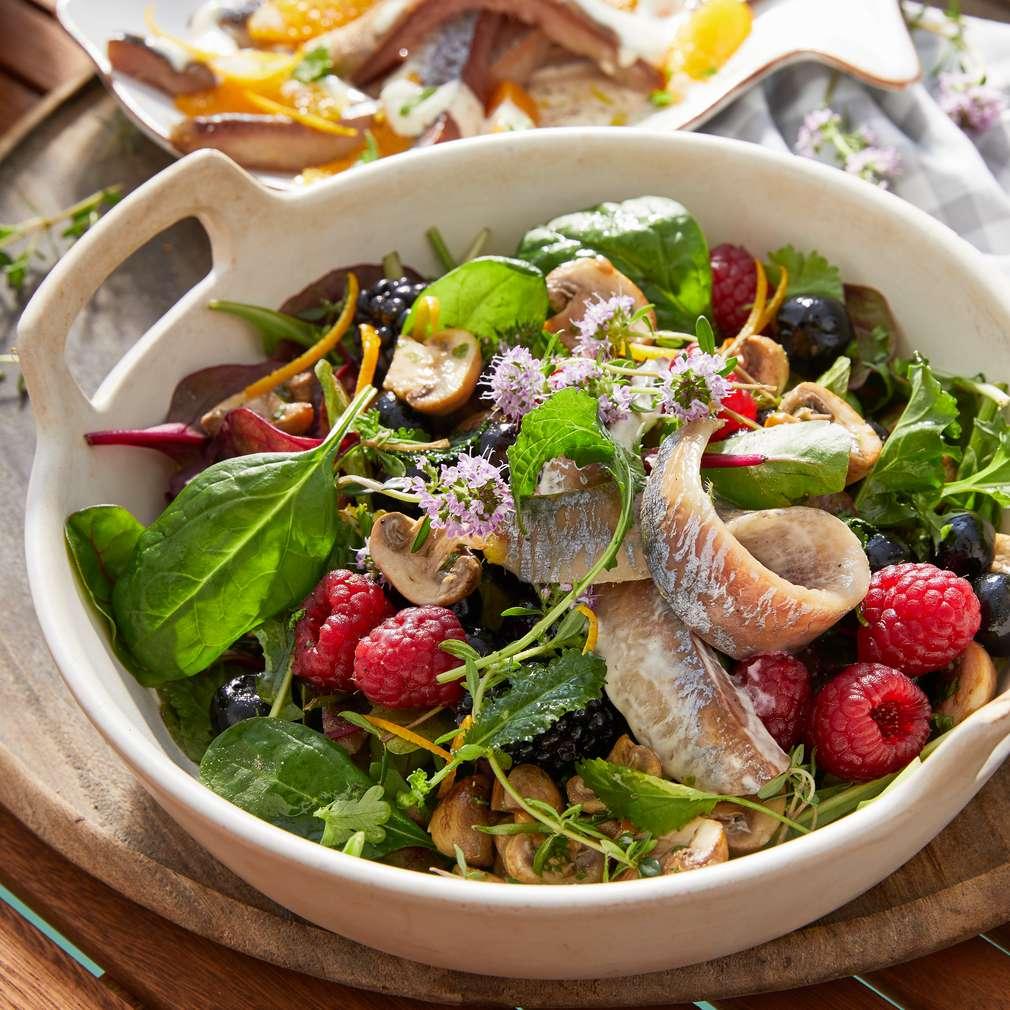 Abbildung des Rezepts Salat mit Beeren und Matjesfilets (Island)