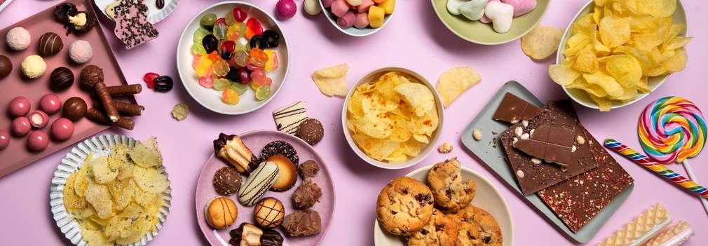 Viele Schüsseln, gefüllt mit verschiedensten Snacks und Süßwaren