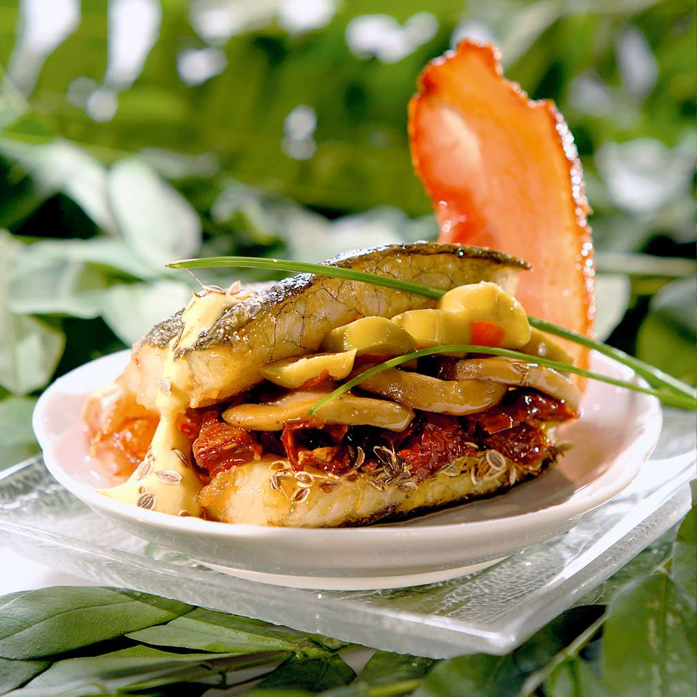 Изобразяване на рецептата Лаврак с гъбена плънка и сушени домати на тиган