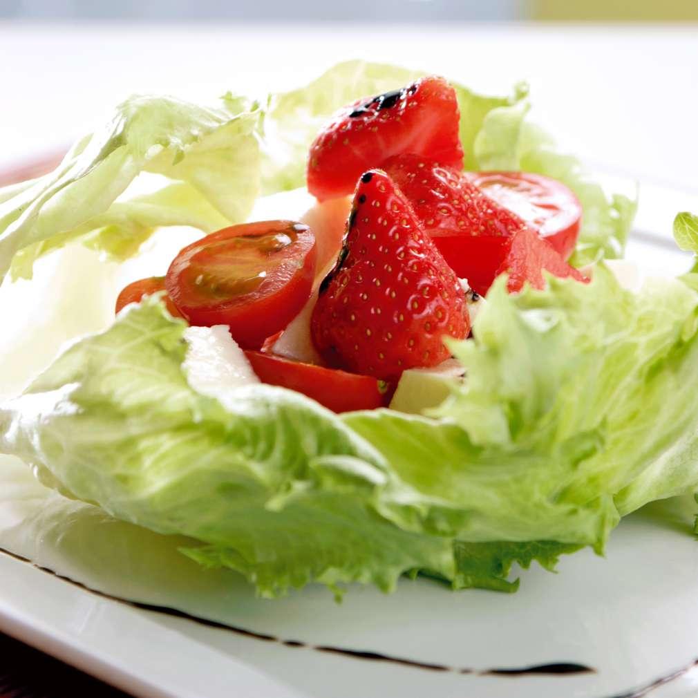 Изобразяване на рецептата Салата с чери доматчета и ягоди