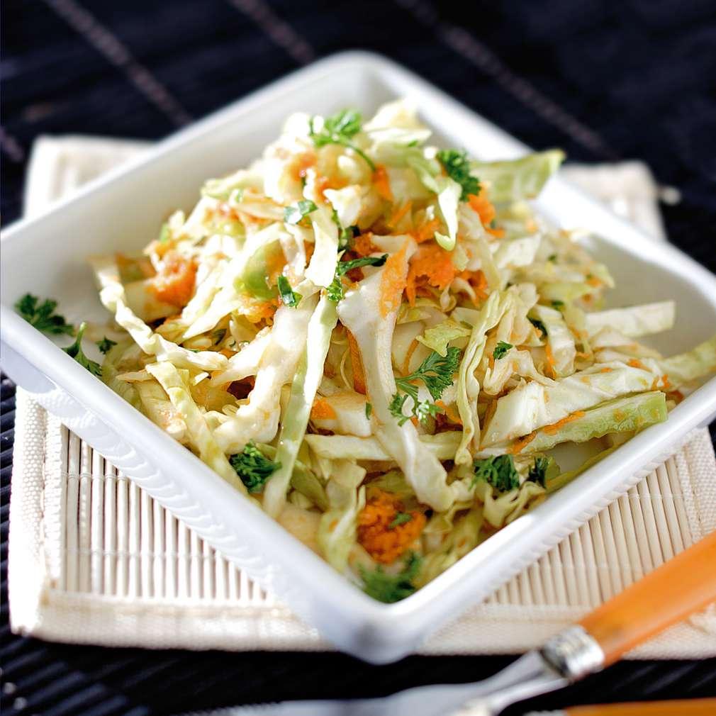 Изобразяване на рецептата Салата от зеле, моркови и балсамико