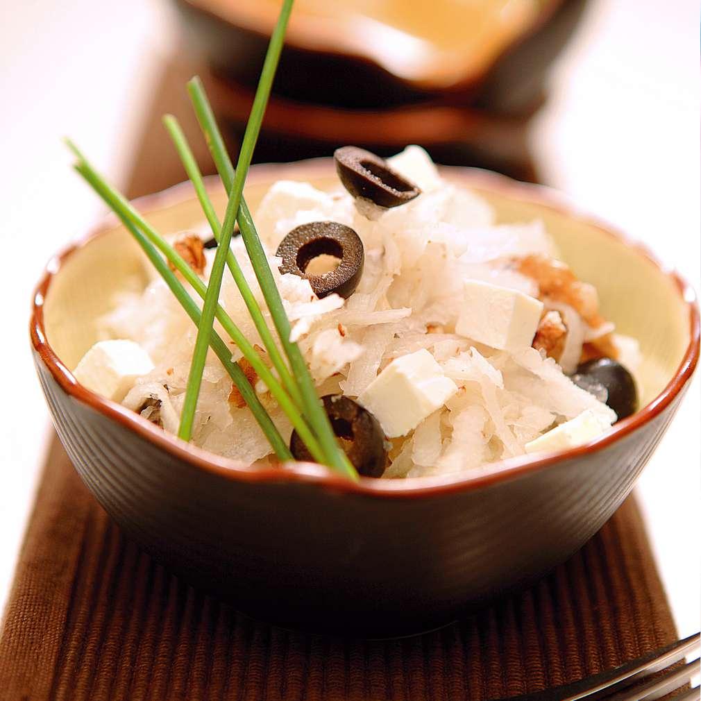 """Изобразяване на рецептата Салата от ряпа, сирене """"Дунавия"""" и маслини"""