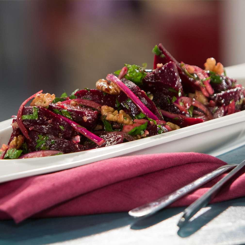 Изобразяване на рецептата Салата от печено червено цвекло с орехи и чесън