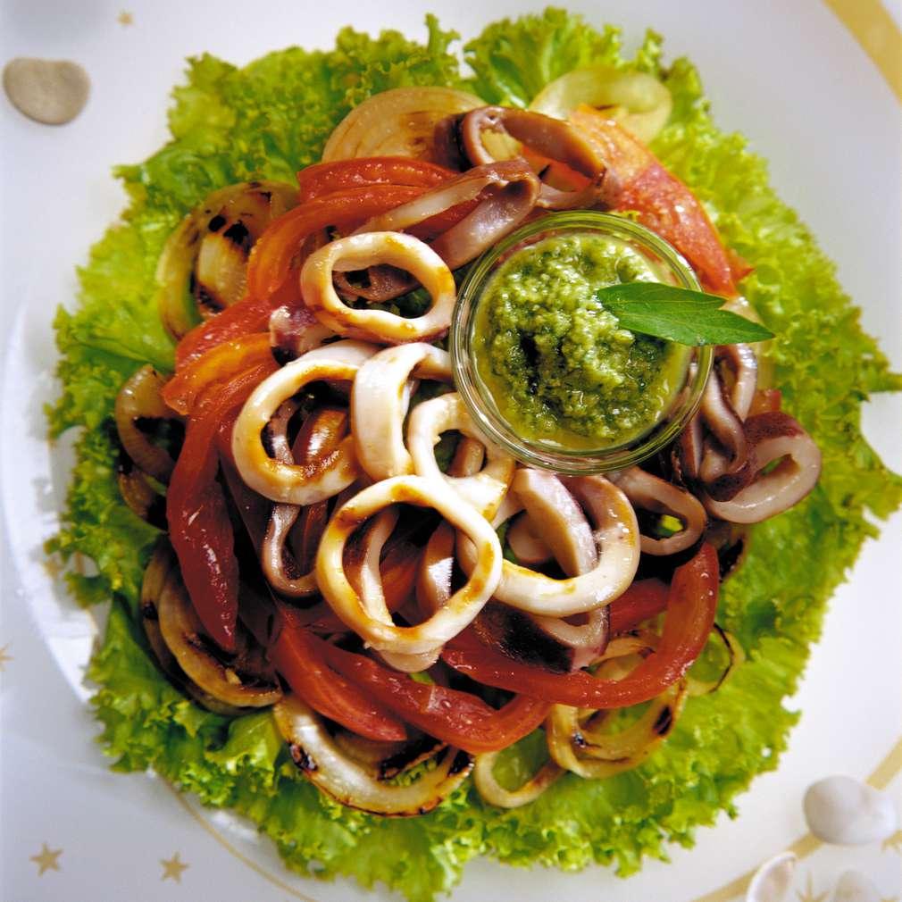 Изобразяване на рецептата Салата от калмари със зелен чили винегрет