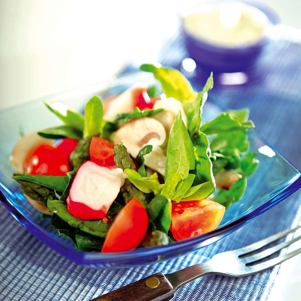 Изобразяване на рецептата Зелена салата с аспержи и ролца от раци