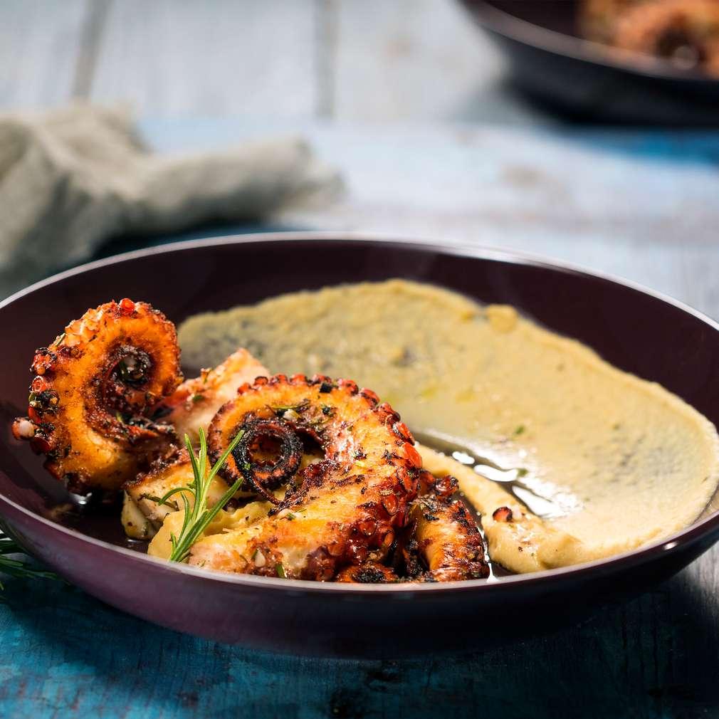 Изобразяване на рецептата Октопод на скара с топъл хумус