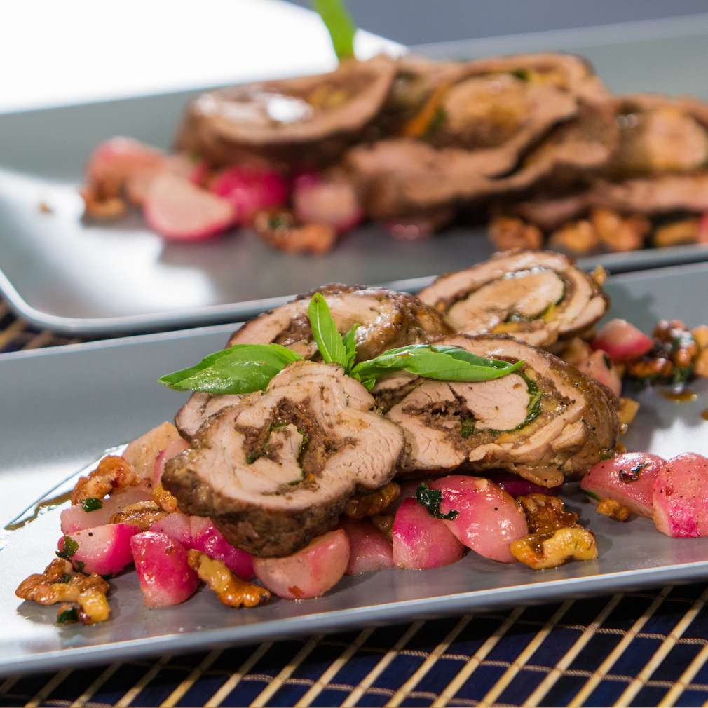 Изобразяване на рецептата Свинско руло с моцарела и сотирани репички
