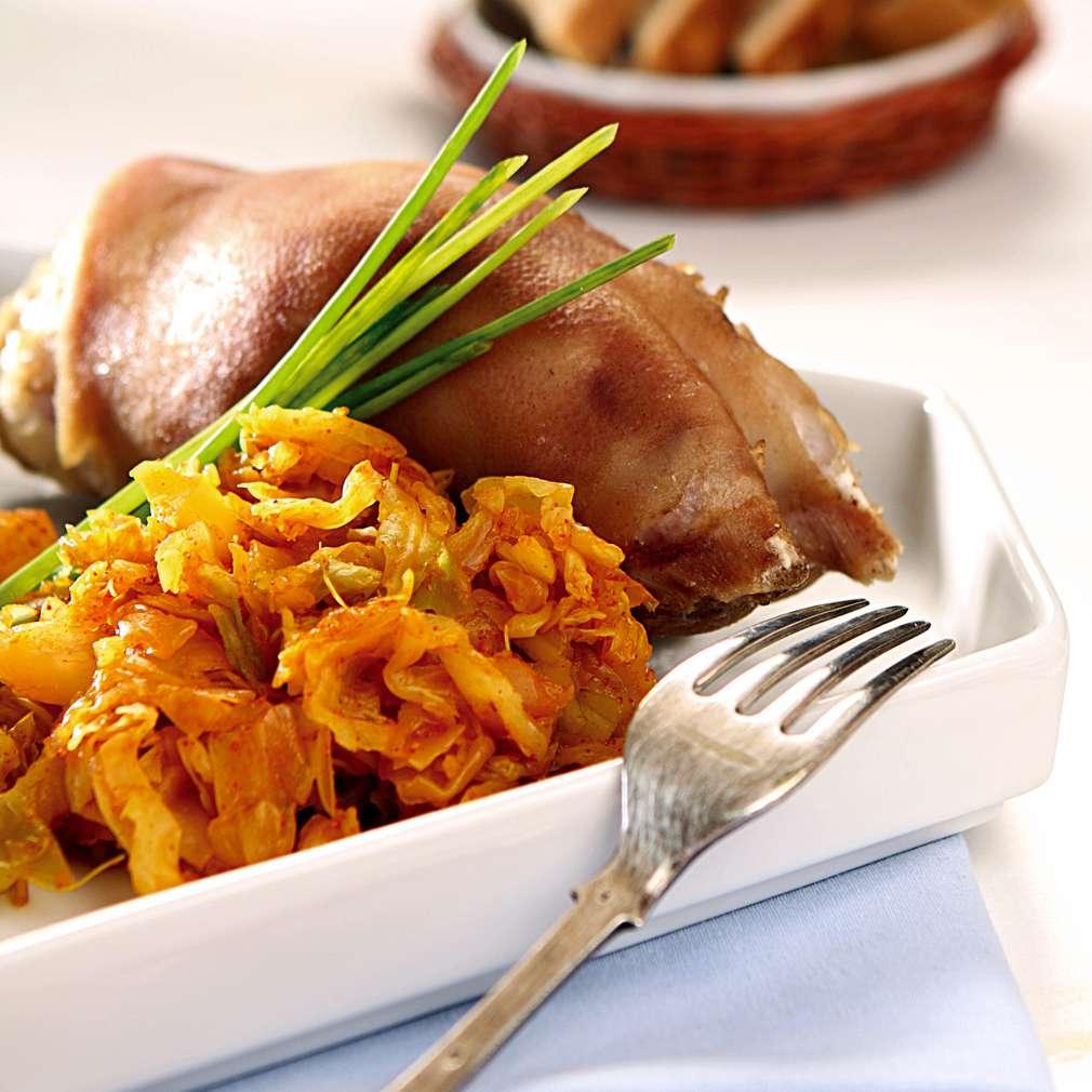 Изобразяване на рецептата Варени свински крачета с кисело зеле