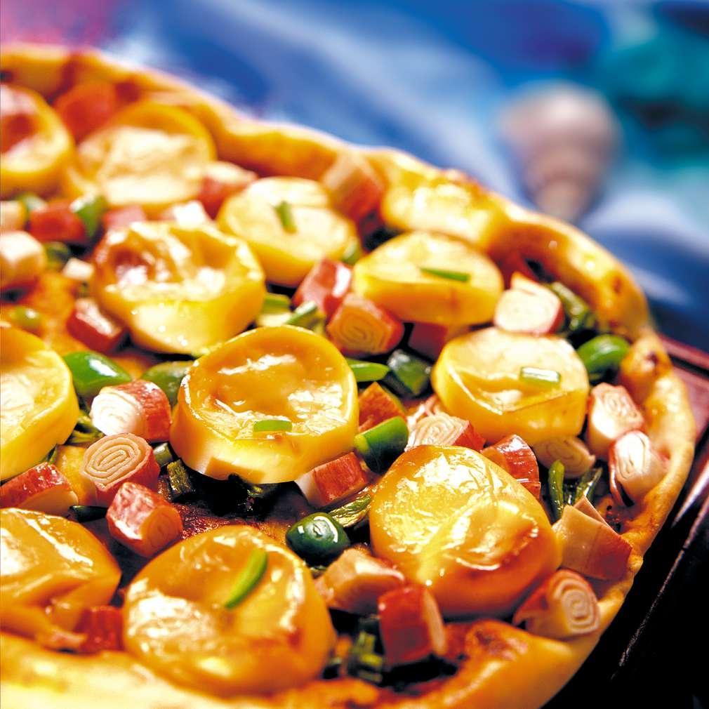 Изобразяване на рецептата Пица с рулца от раци и пушено сирене