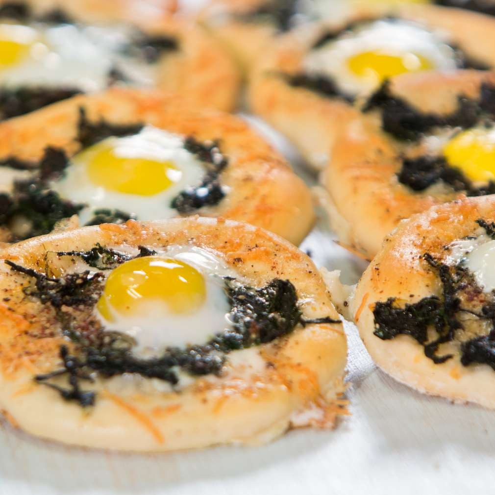 Изобразяване на рецептата Минипици със спанак и пъдпъдъчи яйца
