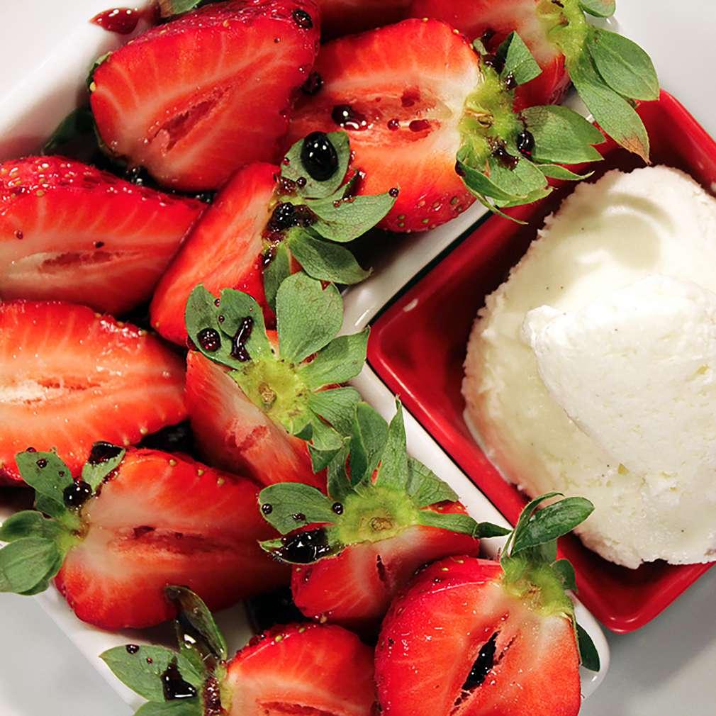 Изобразяване на рецептата Ягоди с винен сос и сладолед