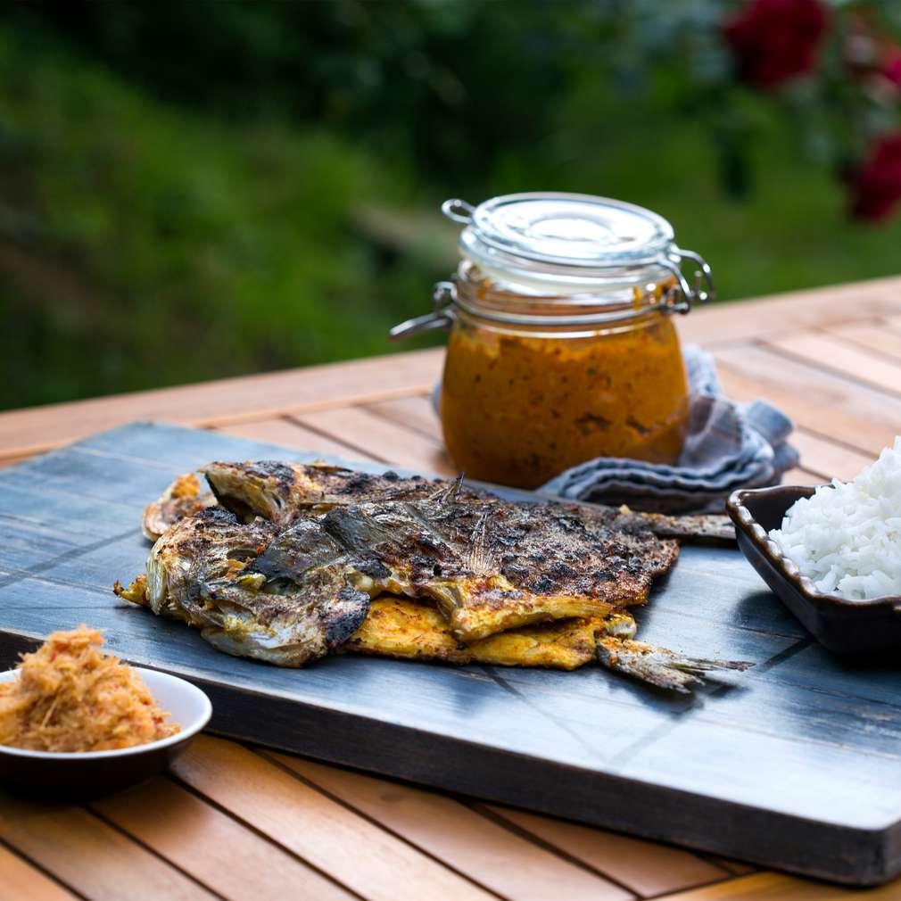 Изобразяване на рецептата Ципура на грил с пикантна гарнитура