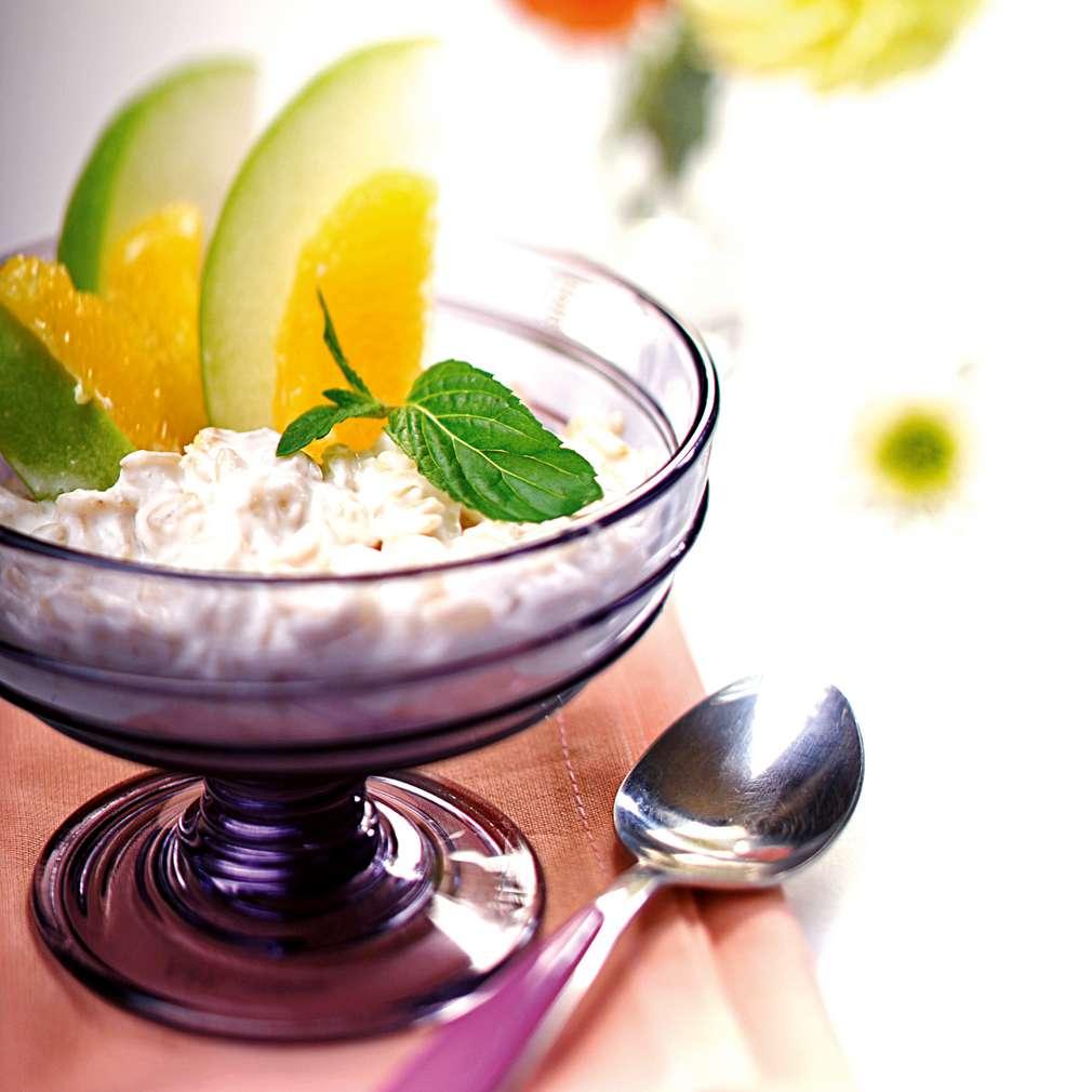 Изобразяване на рецептата Плодова салата с овесени ядки и кисело мляко