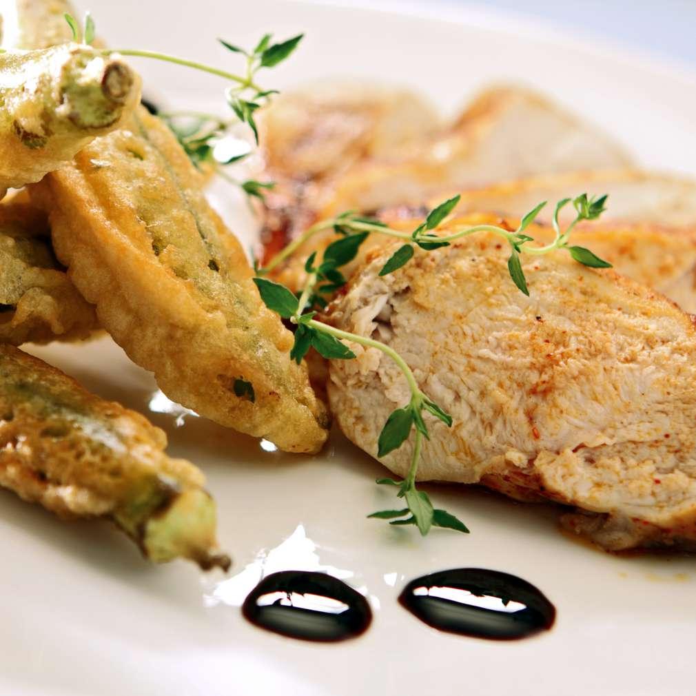 Изобразяване на рецептата Пилешко филе с панирана бамя