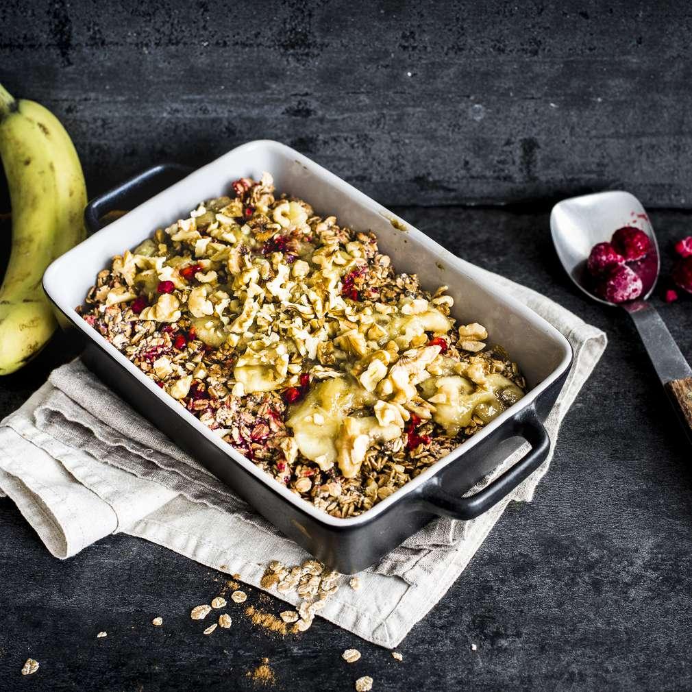 Изобразяване на рецептата Гранола с карамелизирани банани и малини