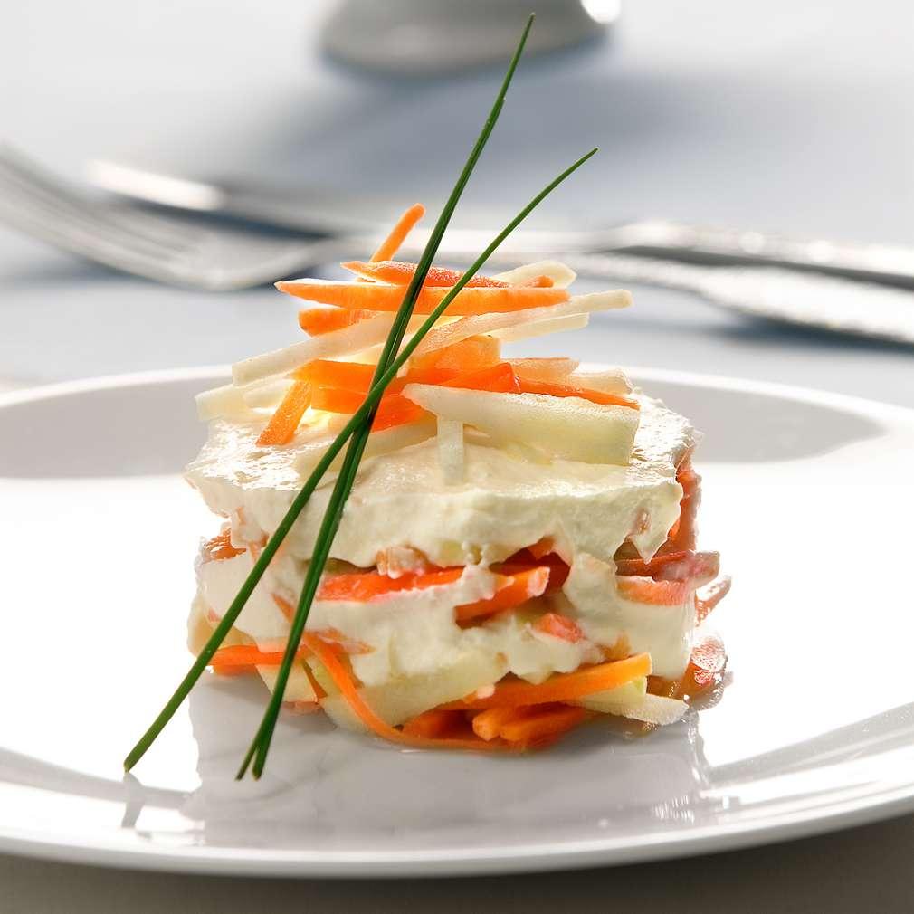 """Изобразяване на рецептата Салата от моркови с ябълки и сирене """"Крема"""""""