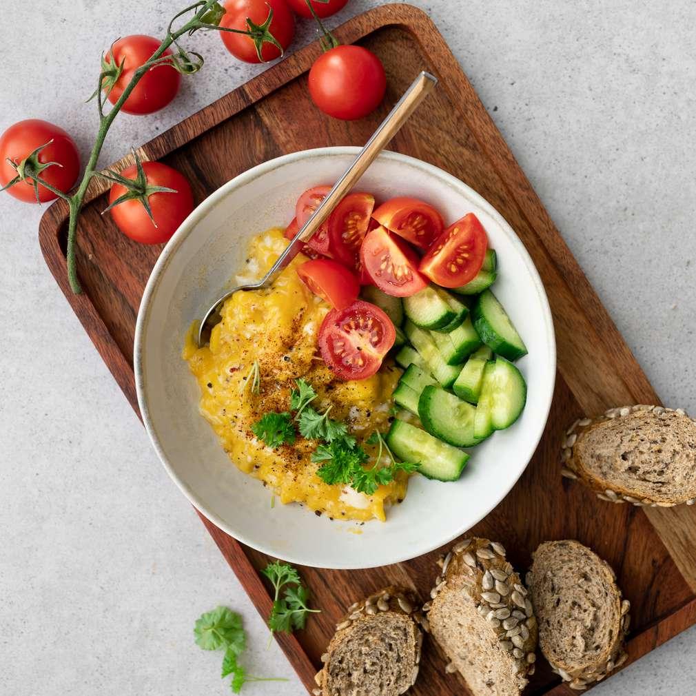 Zobrazit Míchaná vejce se zeleninou a pečivem receptů