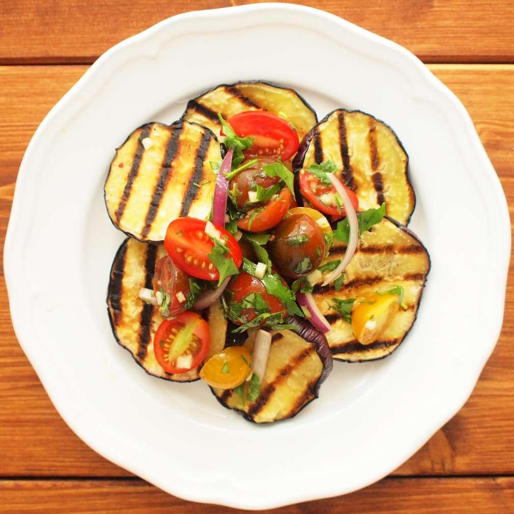 Zobrazit Grilovaný lilek s rajským salátem receptů