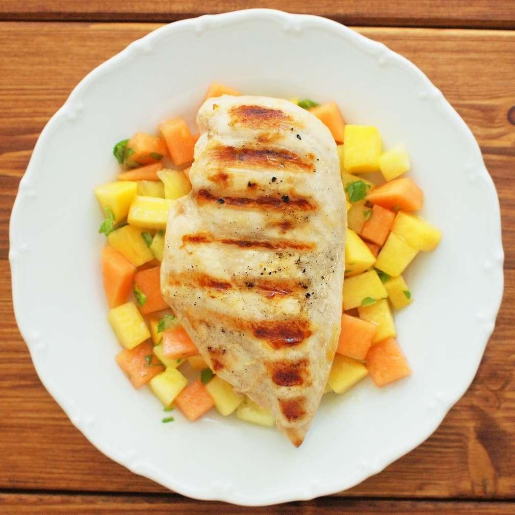 Zobrazit Grilované kuře s tropickým salátem receptů