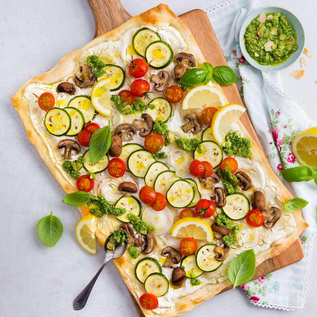 Abbildung des Rezepts Zucchini-Flammkuchen mit Ziegenfrischkäse