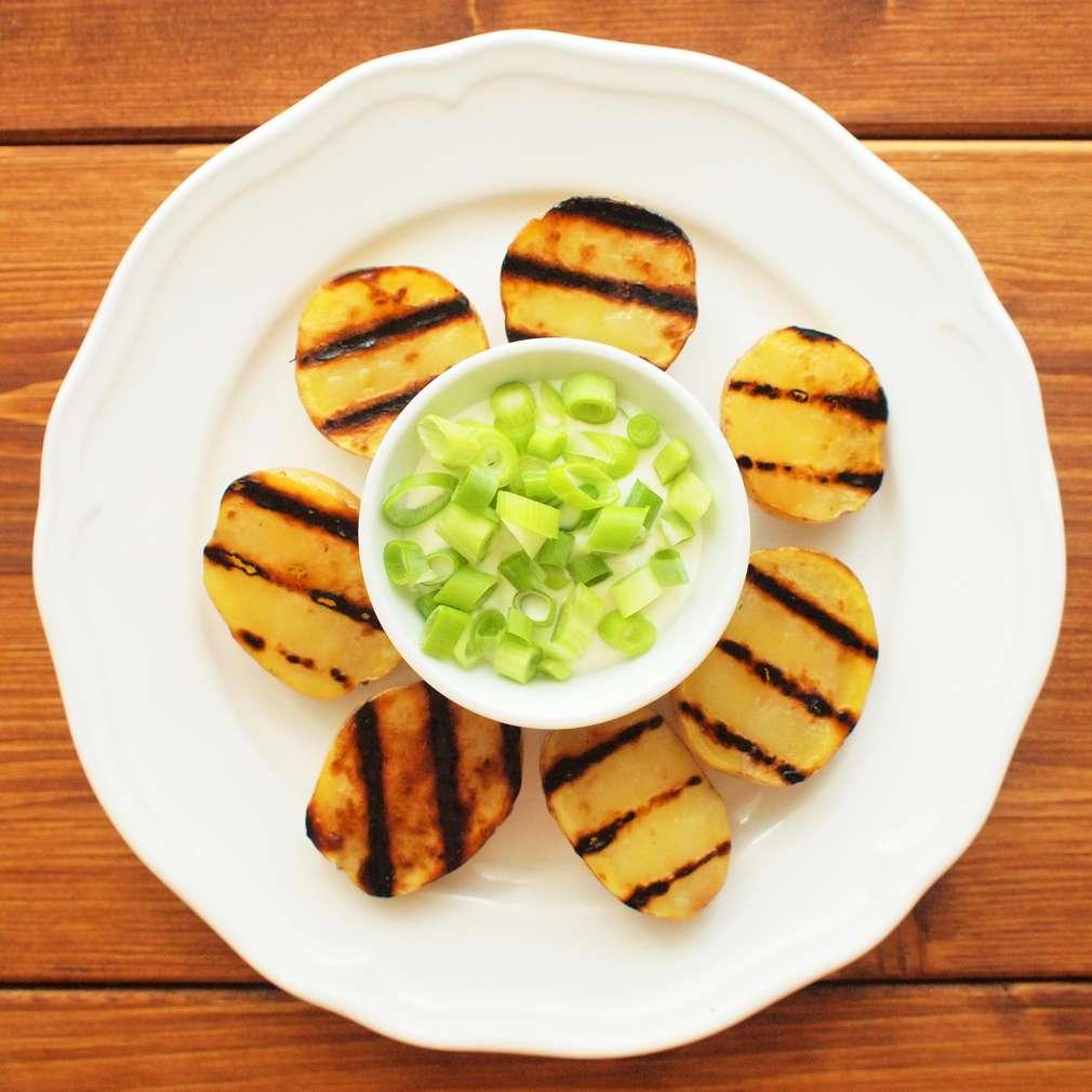 Zobrazit Grilované brambory s cibulkovým dresinkem receptů