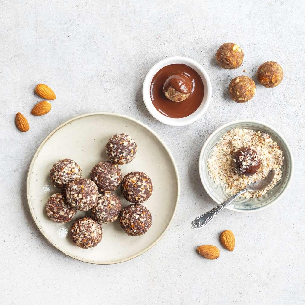 Zobrazit Ořechové kuličky s mandlemi a čokoládovou polevou receptů