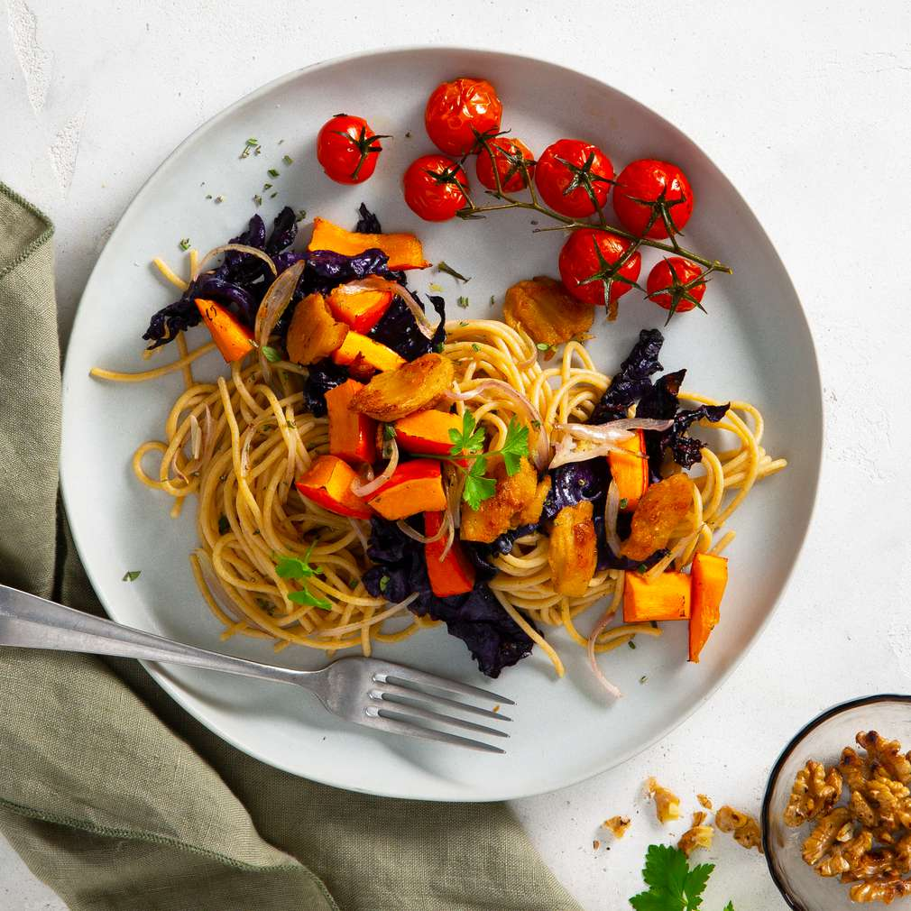 Abbildung des Rezepts Vollkorn-Spaghetti mit Rotkohl und Kürbis
