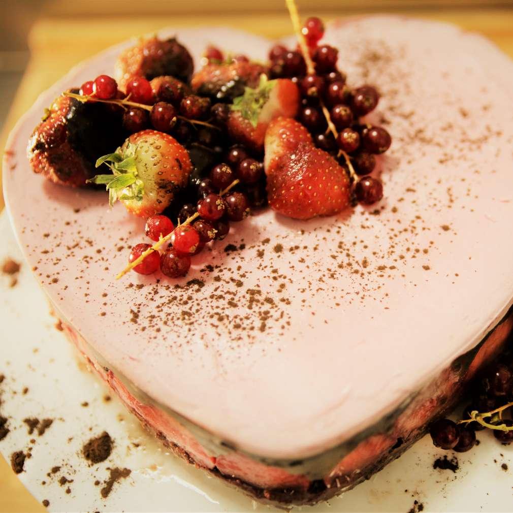 Imaginea rețetei Tort raw vegan de ciocolată și căpșuni