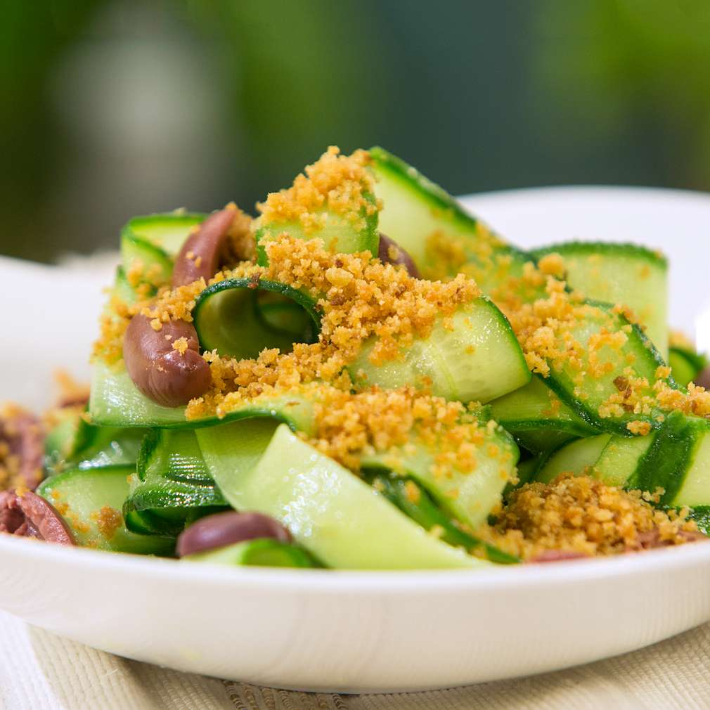 Изобразяване на рецептата Салата от краставици с ароматни трохи