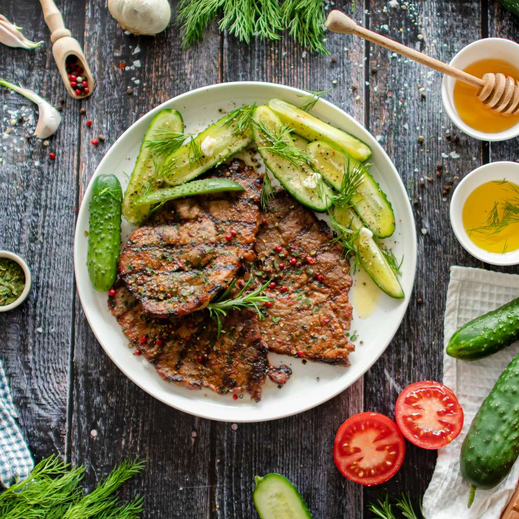 Zdjęcie przepisu Karkówka z grilla z pieprzem i ogórkami małosolnymi