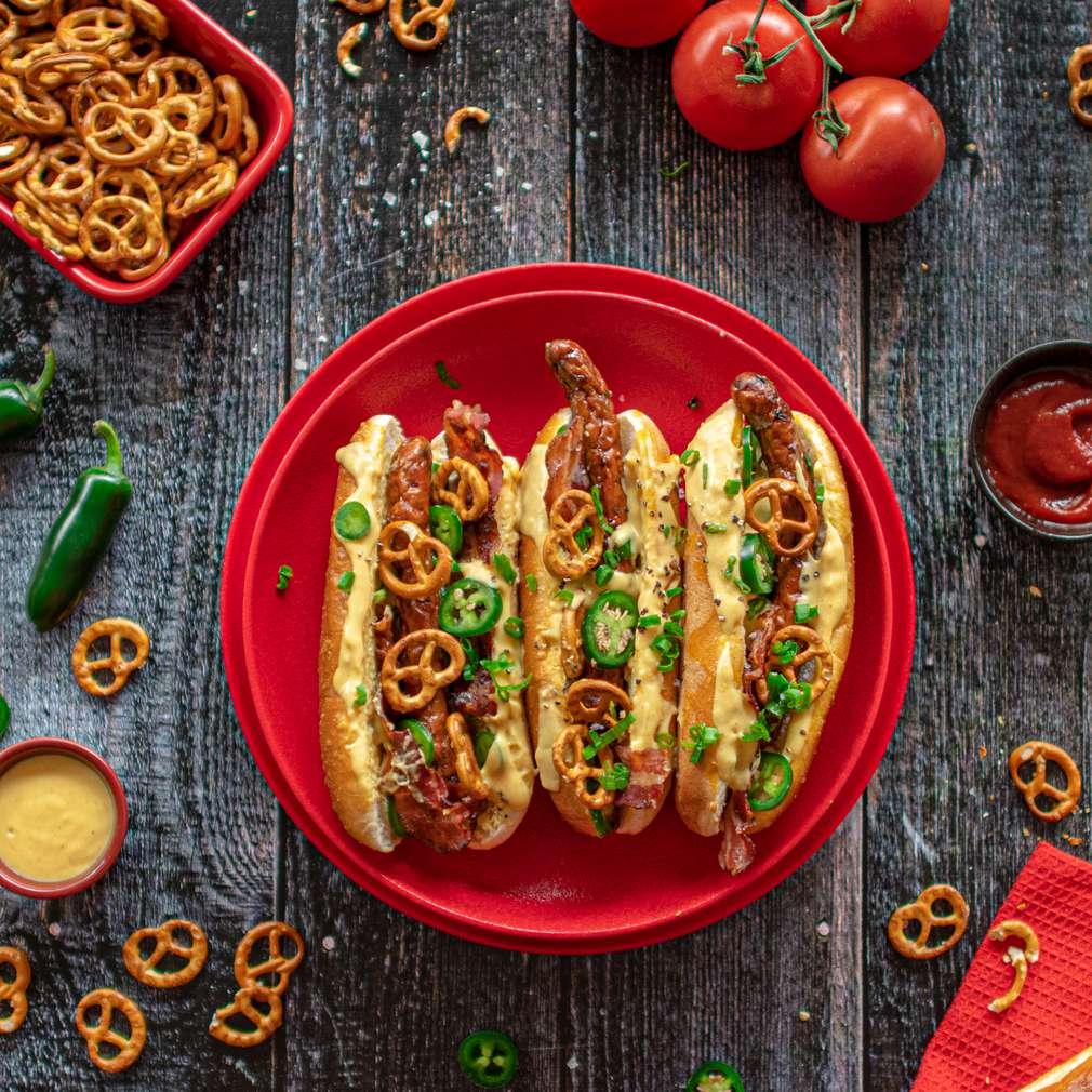 Zdjęcie przepisu Super hot dog z sosem cheddarowym, jalapeno i precelkami