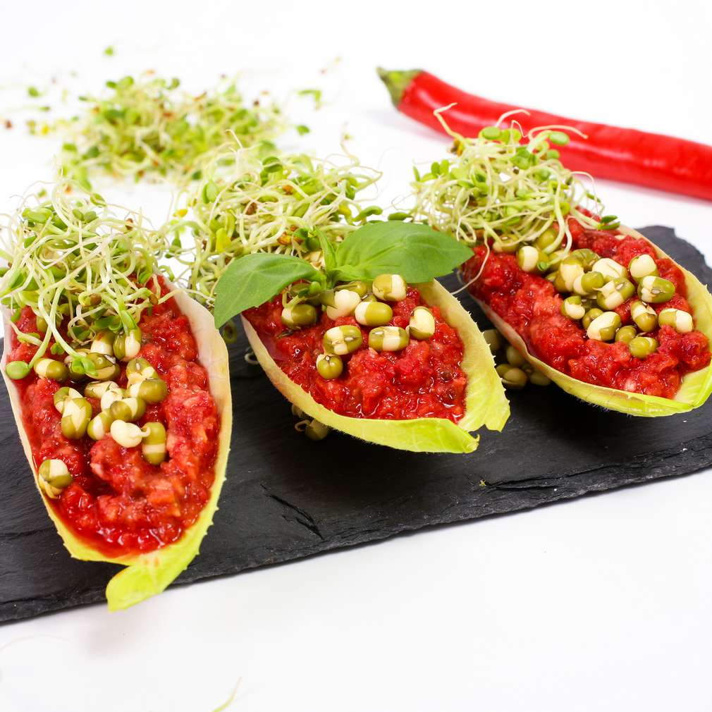 Imaginea rețetei Corăbiuțe din andive cu sos chilli