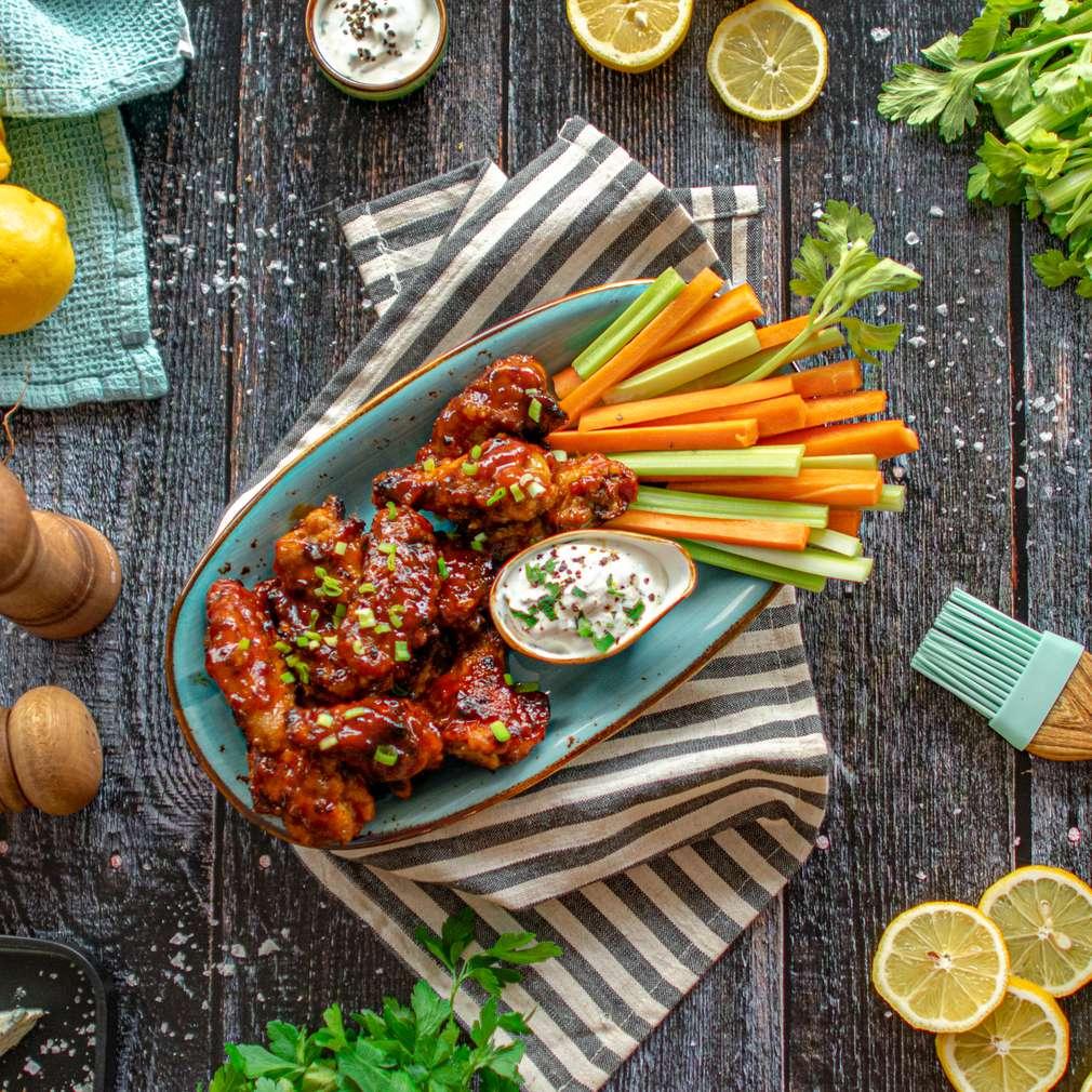 Zdjęcie przepisu Skrzydełka Buffalo z warzywami i sosem blue cheese