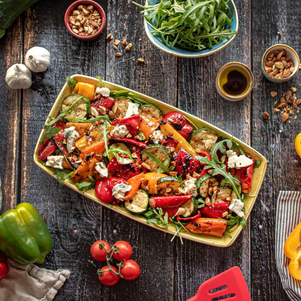 Zdjęcie przepisu Grillowane kolorowe papryki i cukinie z gorgonzolą
