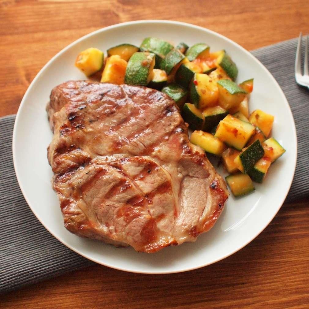 Zobrazit Grilovaný mletý steak s letní salsou receptů