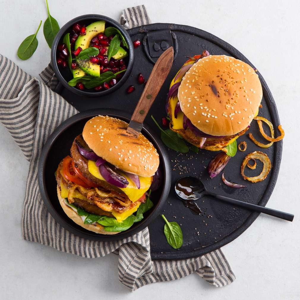 Abbildung des Rezepts Veganer Onion-Burger mit Avocado-Granatapfel-Salat