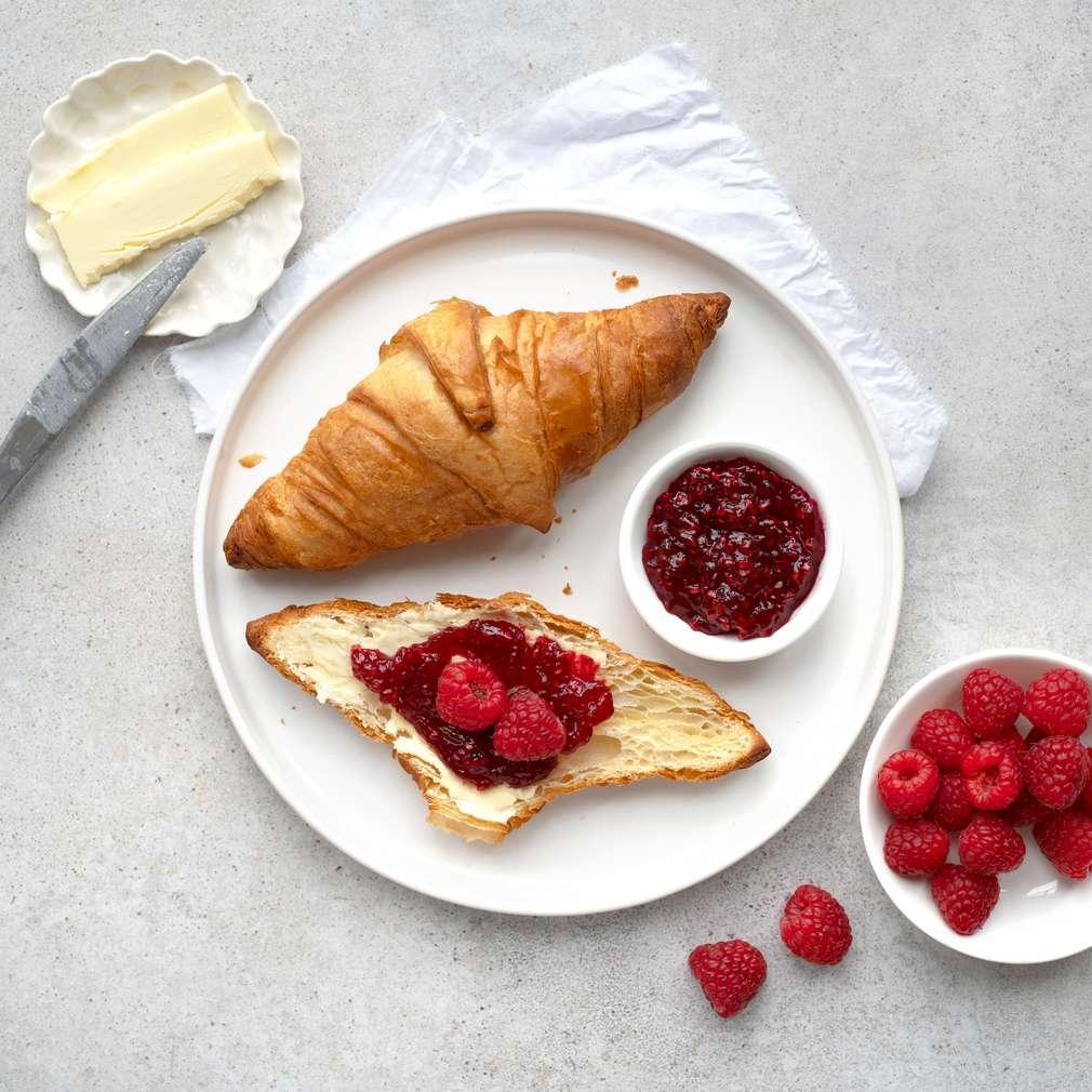 Zobrazit Croissant s máslem, malinovou marmeládou a malinami receptů