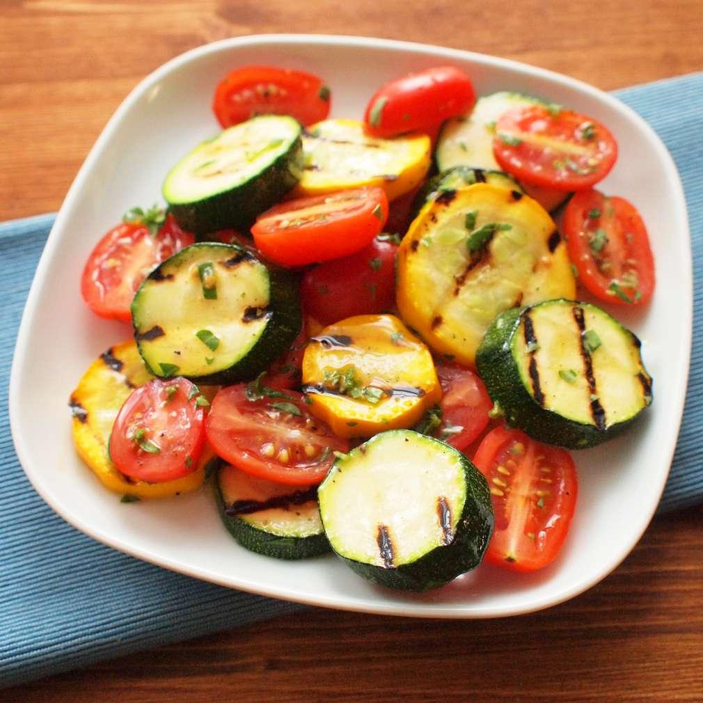 Zobrazit Rajský salát s grilovanou cuketou receptů