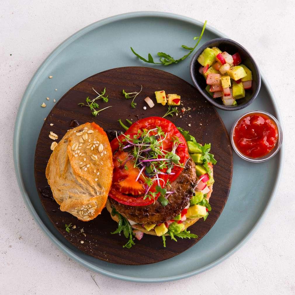 """Abbildung des Rezepts Veganer """"Miracle Burger"""" mit Avocado-Radieschen-Tatar"""
