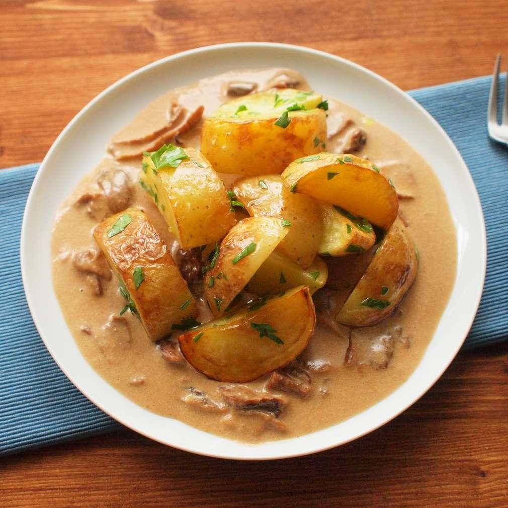 Pečené brambory s hříbkovou omáčkou
