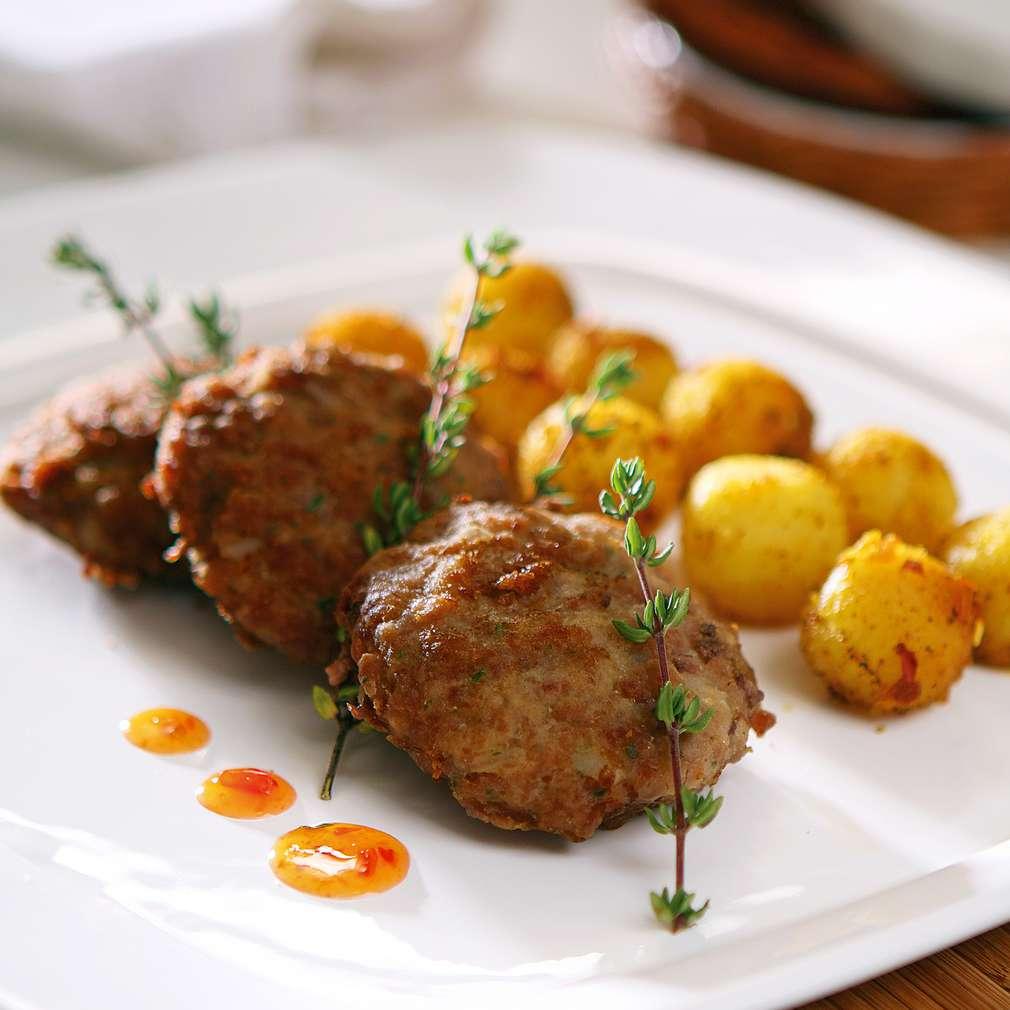 Изобразяване на рецептата Кюфтенца от кайма с пикантни картофки
