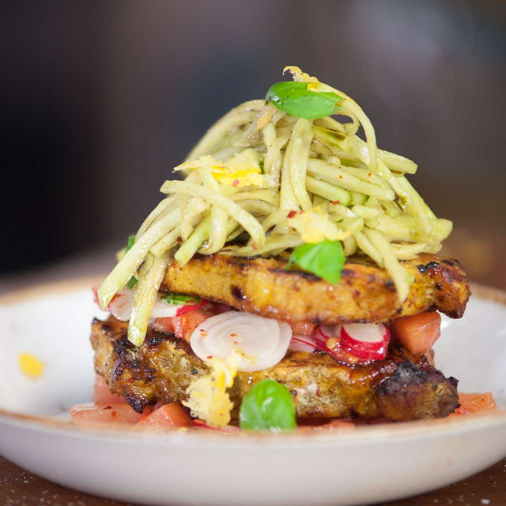 Imaginea rețetei Steak de porc cu salată de gulie