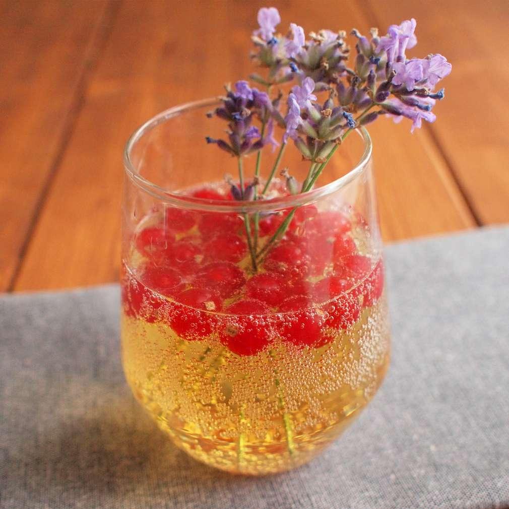 Zobrazit Levandulová limonáda s rybízem receptů