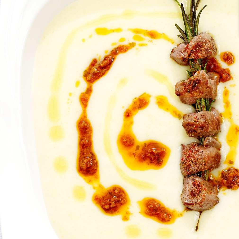 Изобразяване на рецептата Супа от картофи и сирене гарнирана с шишчета от агнешко месо