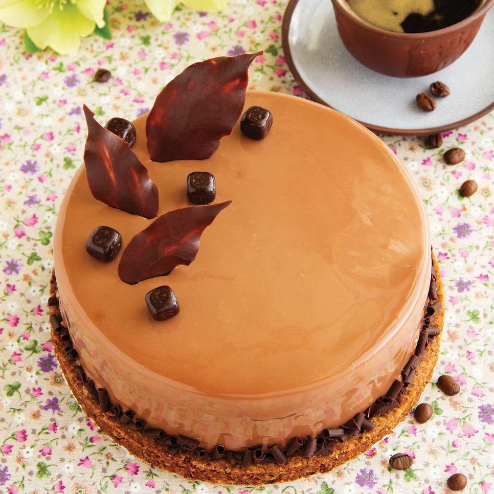 Imaginea rețetei Tort cu cremă Chantilly și glazură de cafea