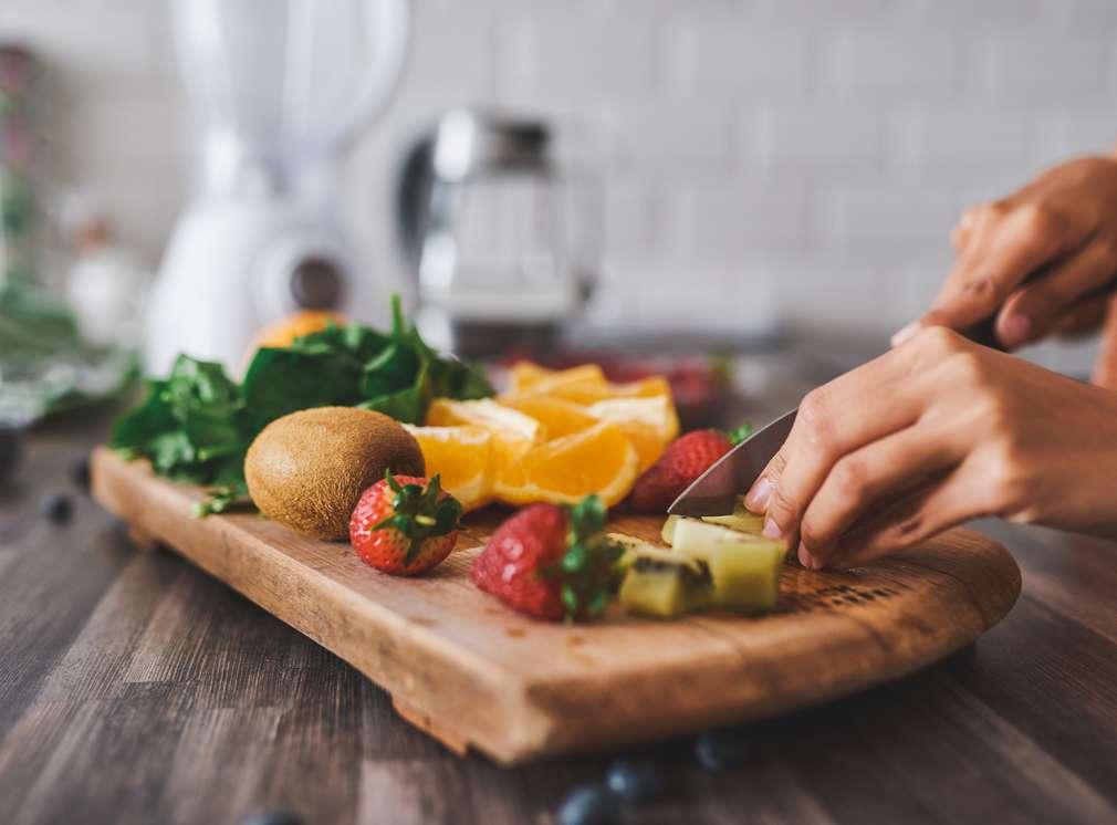 Kuchynská doska s ovocím a zeleninou