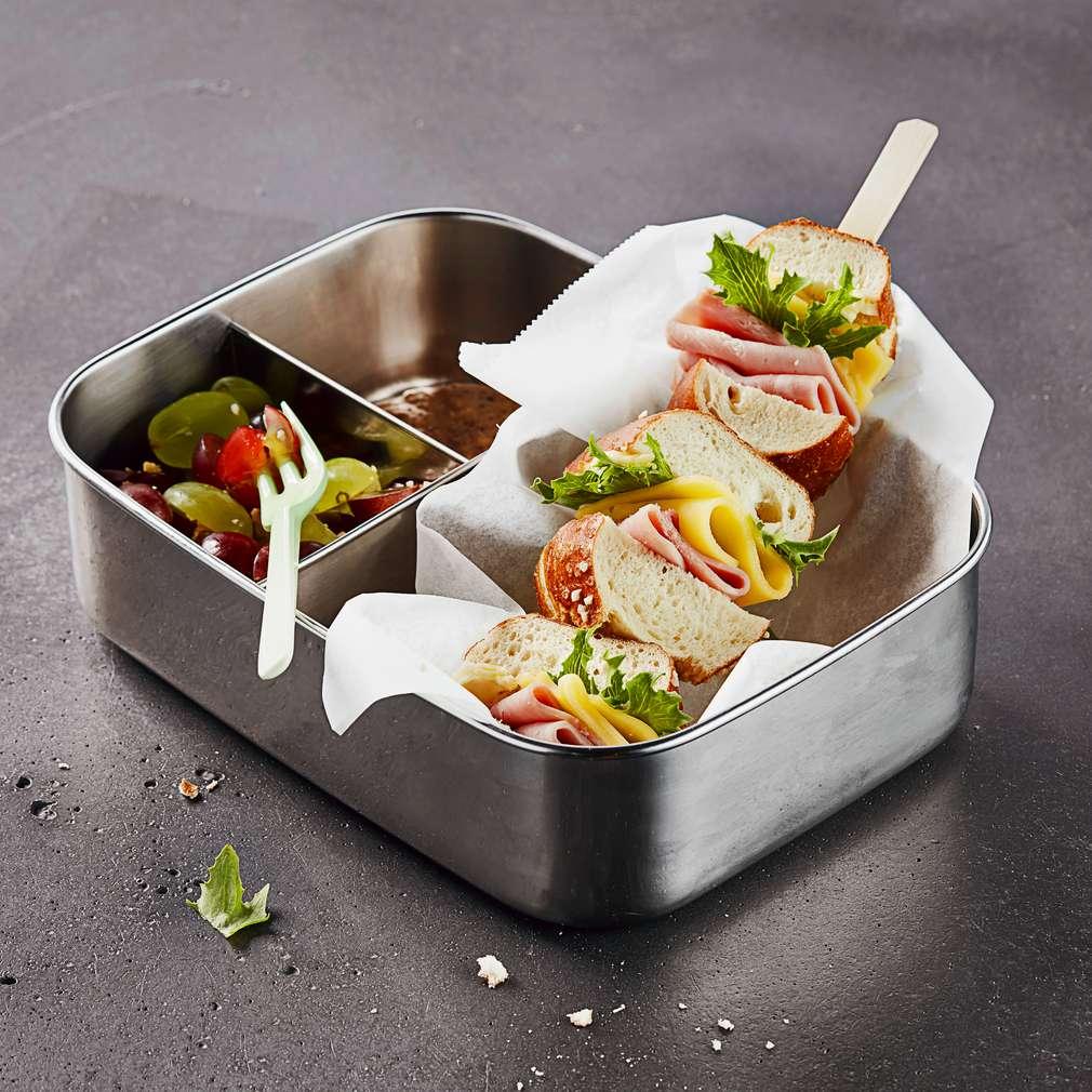 Изобразяване на рецептата Сандвич на шишче със салата от грозде